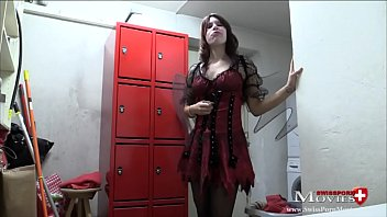 jeder jeden fickt Getting pussy fingered under table